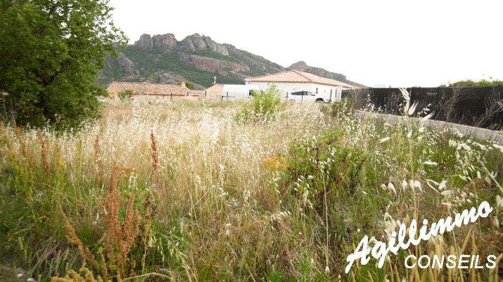 Beau terrain constructible de 627m2 avec vue sur le Rocher  - ROQUEBRUNE SUR ARGENS - Sud de la France