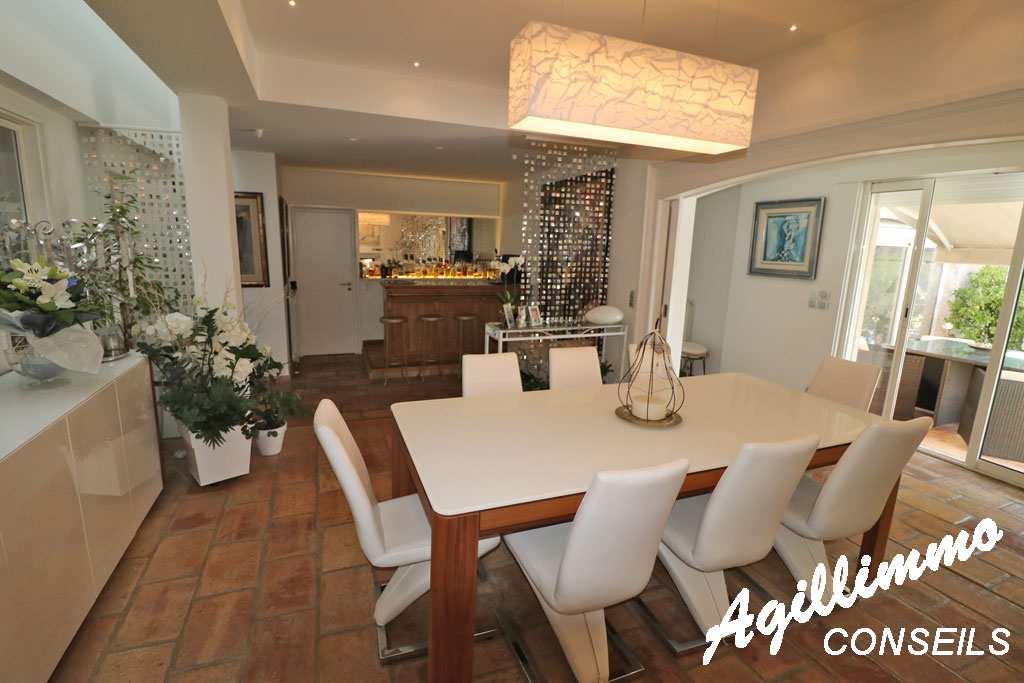 Sud Est de la France :  Villa traditionnelle de 7 pièces sur 2027m2 de terrain - LE MUY